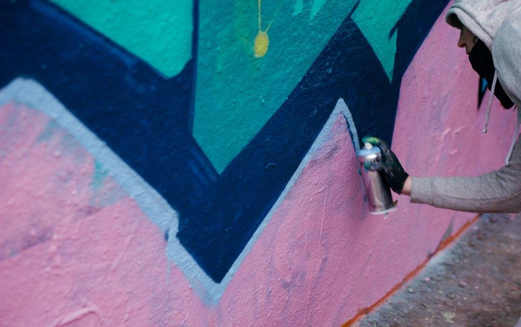 Sprayer bei der Vollendung seiner Wandgestaltung